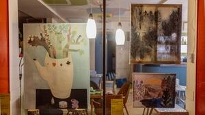 PechaKucha Night Prague Window Gallery přemění výlohy zavřených kaváren na výstavní prostor