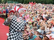Největší rodinný festival Kašpárkohraní s Tomášem Klusem a Kašpárkem v rohlíku proběhne v neděli 14. června v pražských Letenských sadech, vstup je zdarma