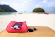Hotovost může zůstat doma. Jak bezpečně cestovat s mobilem a kartou?