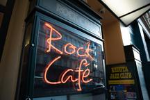 Rock Café stále září Národní třídou